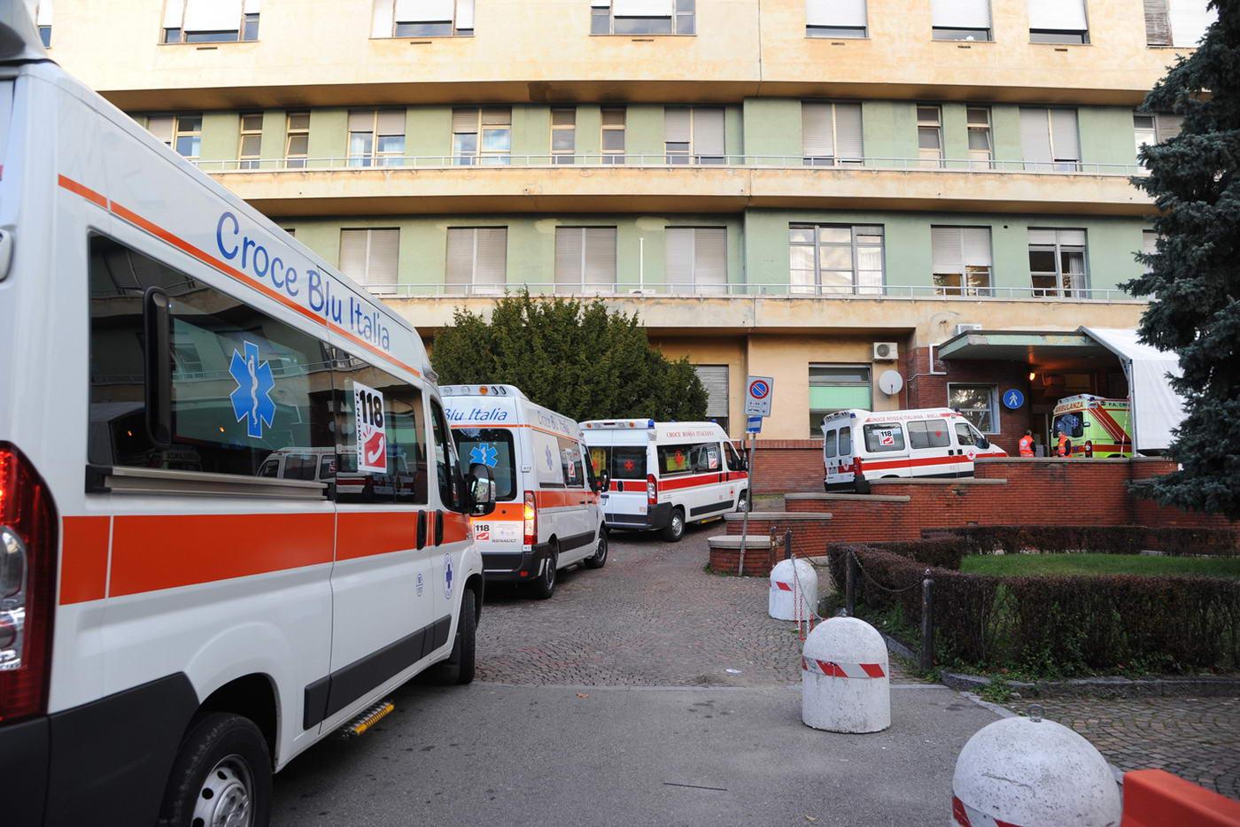 Serpentina di ambulanze prima della partenza